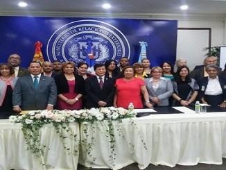 Embajador y comisióm de Derechos Humanos de Guatemala junto a participantes del curso sobre derechos humanos