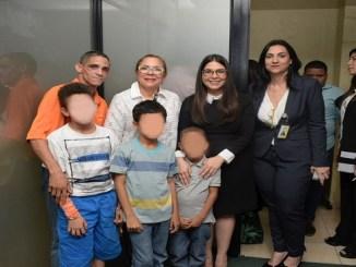 Iris Guaba junto y Kania Lora junto a Julio Ramirez y sus hijos en Conani