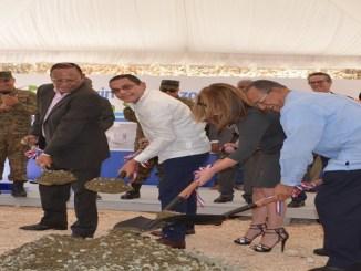 Acompañan al Director General del INFOTEP, Rafael Ovalles, en el primer palazo, Arismeny Bautista, Circe Almánzar y Gabriel del Río Doñé