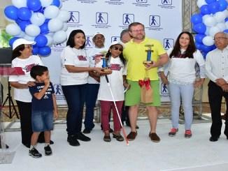 La ganadora del Rally automovilistico para personas Ciegas, Laura Vidal junto a los miembros del patronato
