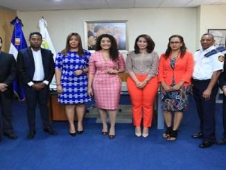 La ministra de la Juventud junto a miembros del jurado del PNJ y parte de los ganadores del 2018