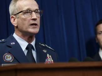 El comandante del Mando Norte del Departamento de Defensa de EE.UU., Terrence J. O'Shaughnessy, acompañado del Comisionado de Aduanas y Protección Fronteriza de los EE. UU., Kevin McAleenan (d), ofrece una rueda de prensa hoy, lunes 29 de octubre de 2018, en Washington, DC (EE.UU.).