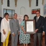 Mateo Morrison, Minerva del Risco, Guillermo Sención, Veronica Sención y José Marmol entregan un reconocimiento al Dr. Jochy Heerrerra.