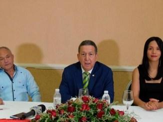 Rueda de prensa de la Unión de Farmacias, encabezada por su presidente, Raúl Hernández Castaño (centro).