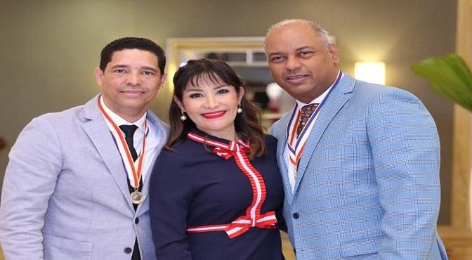La doctora Mirna Font-Frías junto al doctor Eliezer Cruz Álvarez y el doctor Rafael Draper