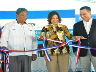La vicepresidenta de la República, doctora Margarita Cedeño, realiza el corte de cinta que deja inaugurado el Centro Tecnológico Comunitario (CTC) Cabral, en la provincia de Barahona.