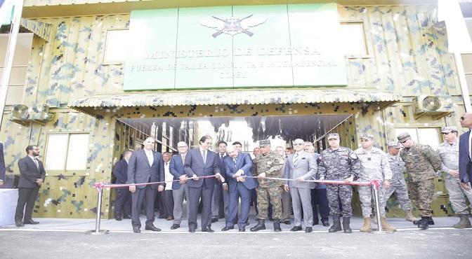 Presidente Danilo Medina Sánchez mientras corta la cinta que deja inaugurada las instalaciones en Copey