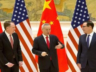 El viceprimer ministro chino, Liu He, junto al representante de Comercio de EE UU, Robert Lighthizer, y el secretario del Tesoro, Steven Mnuchin, este jueves en Pekín.