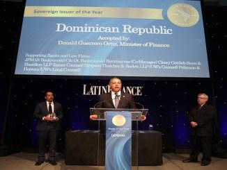 El ministro de Hacienda, Donald Guerrero Ortiz, mientras pronuncia un discurso en el acto de premiación.