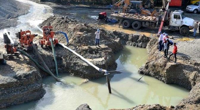 Técnicos de la CAASD trabajaban en el desagüe para identificar el lugar de la avería y repararla