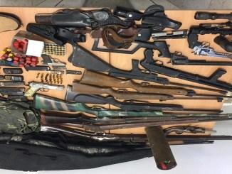 Parte de las armas y objetos incautados por las autoridades del Ministerio Público y la DICAN.