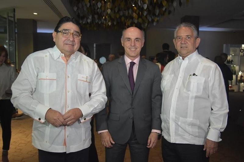 Foto 2 Milguel Calzada, embajador Alejandro Abellán y Robeto Henríquez.