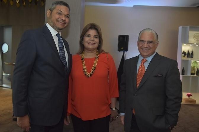 Foto 5 Vinicio Mella, Mildred Mella y Kenth Brother.