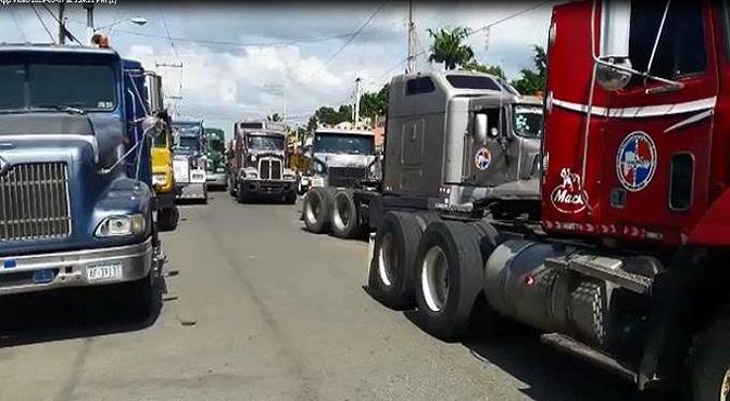 camiones-de-fenatrado-bloquean-el-paso-en-la-frontera-con-dajabon
