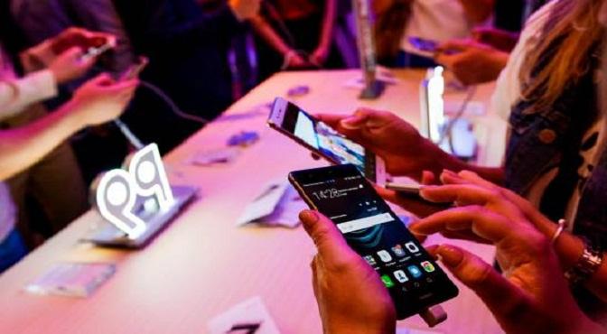 Telefónicas globales retiran teléfonos Huawei por medidas de EEUU