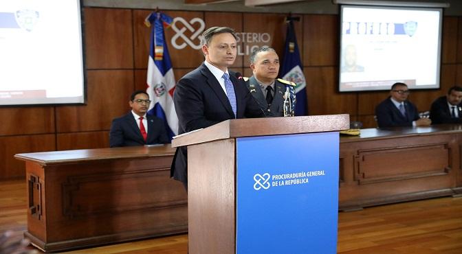 El procurador Jean Rodríguez y el mayor general Ney Aldrin Bautista durante la rueda de prensa en la Procuraduría General de la República.