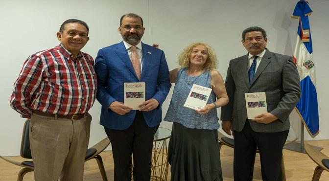 El escritor José Rafael Lantigua, el embajador de República Dominicana en España, Olivo Rodriguez Huerta_ Charo Fierro, editora del libro, y el escritor Rafael Garcia. Romero.