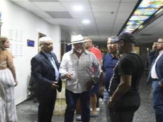 El padre de David Ortiz junto a amigos y familiares en la clínica Abel González.