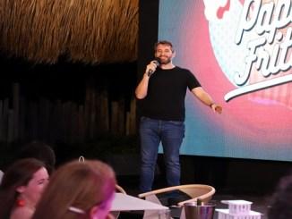 Carlos Sánchez durante el show Papás Fritos