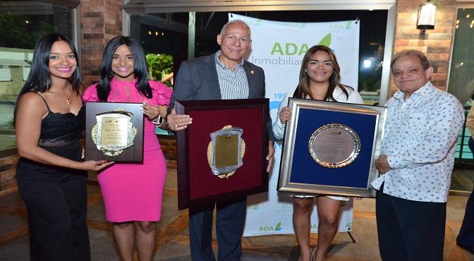 Rocio Antonio y Bienvenido Antonio junto a los reconocidos Génesis Felix, Carlos Baez y Elizabeth Antonio.
