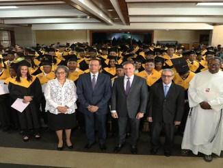 El procurador Jean Rodríguez (centro) junto a las demás personalidades que participaron en el acto.