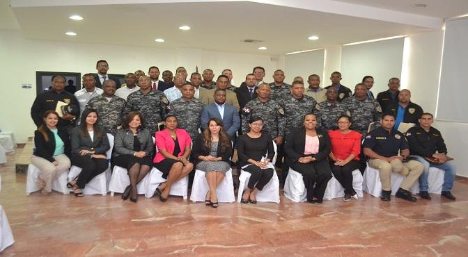 El procurador fiscal titular de Santo Domingo Este, Milciades Guzmán Leonardo, y el director regional de la Policía, coronel Franklin Grullón Collado, junto a los demás miembros de ambas instituciones que participaron en el encuentro.