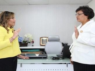 La directora del SRSM, doctora Mirna Font-Frías, mientras juramentaba a la doctora Ángela Guzmán como directora del Hospital Municipal Mata Hambre