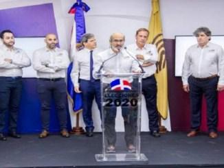 Antonio Gil, auditor Jefe, habla en presencia de los demás ejecutivos de la empresa española Alhambra Eidos