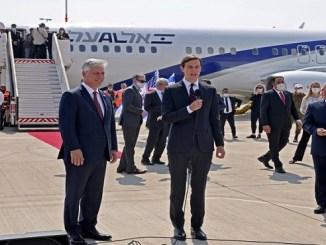 El asesor presidencial senior de EEUU Jared Kushner habla junto al asesor de seguridad nacional de Estados Unidos, Robert O'Brien, antes de abordar el vuelo LY971 de El Al, que llevará a una delegación israelí-estadounidense de Tel Aviv a Abu Dhabi en el aeropuerto Ben Gurion, cerca de Tel Aviv