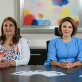 La presidenta del Voluntariado Banreservas, Noelia García de Pereyra, y la señora Nancy de Menicucci durante la convocatoria al Concurso de Pintura Navideño Infantil Nidia Serra 2020.