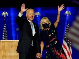 El presidente electo Joe Biden (I) con su esposa Jill Biden (D) saludan a los seguidores durante el evento de celebración que se llevó a cabo fuera del Chase Center en Wilmington, Delaware, EE. UU., 07 de noviembre 2020.