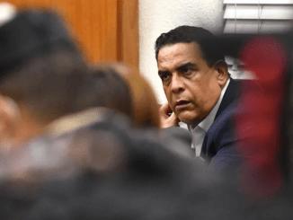 Alexis Medina Sánchez, hermano del expresidente Danilo Medina, escucha atento al juez José Alejandro Vargas, quien le impuso anoche tres meses de prisión preventiva como medida de coerción por presuntos actos de corrupción, al igual que a otros seis implicados en el llamado caso Anti-Pulpo.