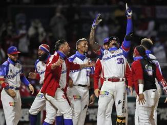 El jugador dominicano Johan Camargo alza los brazos para celebrar su jonrón solitario, en el quinto inning de su juego contra Puerto Rico, en la final de la Serie del Caribe en el estadio Teodoro Mariscal de Mazatlán, México.