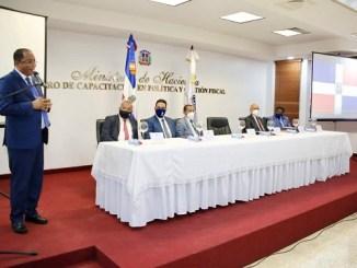 Contralor Catalino Correa da la bienvenida a los participantes