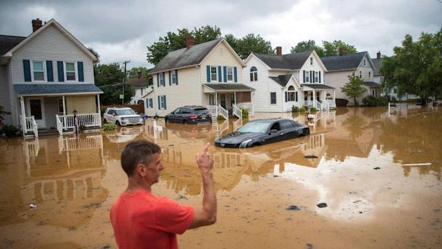 Henri deja más de 80.000 hogares sin luz y  calles inundadas