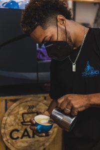 Cristopher, es el barista de la cafetería en Zona Bici Bike Rental & Tours