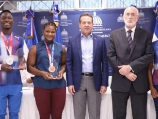 El ministro de Industria, Comercio y Mipymes, Víctor -Ito- Bisonó, rindió homenaje a los deportistas dominicanos ganadores de las medallas de los Juegos Olímpicos Tokio 2020