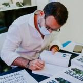 Segunda importante. DSC02132 El autor Sebastian Lora firma un ejemplar de su libro.