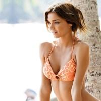 Linda chica sexy en bikini rojo en la playa 5