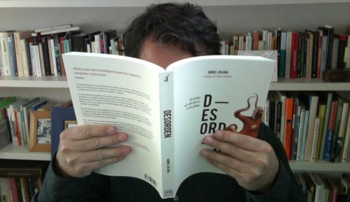 Daniel leyendo Desorden