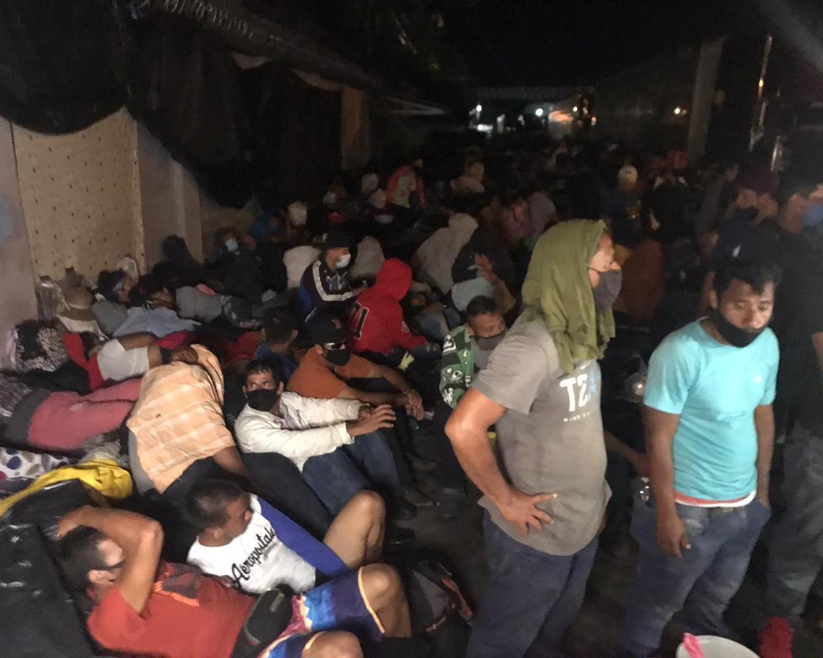 """Embarazadas, ancianas y niños duermen sobre el suelo mojado en Peñas Blancas: """"Queremos irnos"""", claman migrantes"""
