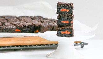 Halloween Oreo Brownies are a delish treat for adults and children. Cookies and brownie in every bite and the orange and black color combo is perfect!