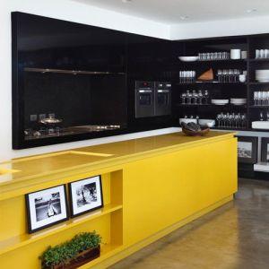 cuisine laquée brillante noire et jaune