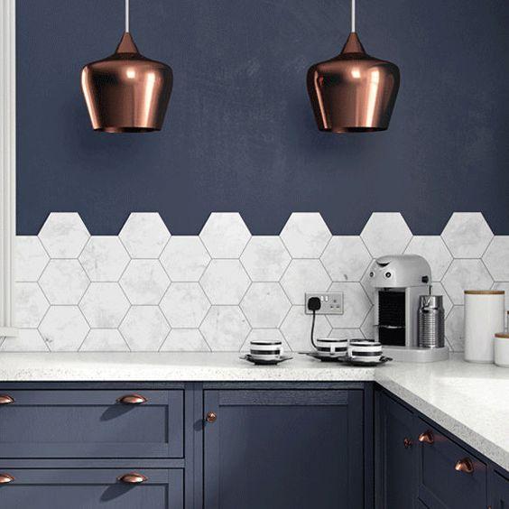 cuisine blanche et bleu foncée luminaires cuivre
