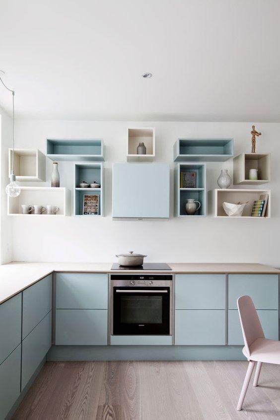 composition de meubles hauts, niches ouverte et hotte intégrée
