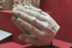 mains en prière, morceau de sculpture