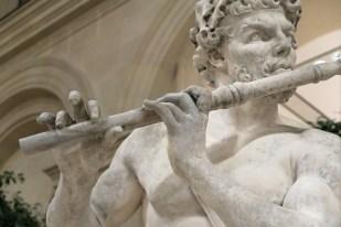 Mains de joueur de flute - détail de sculpture