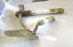 outils de maçon en or et ivoire (mur de la miséricorde)