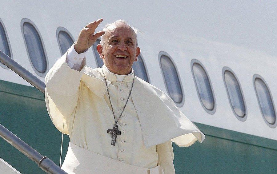 Papa aterizează pe Aeroportul din Bacău