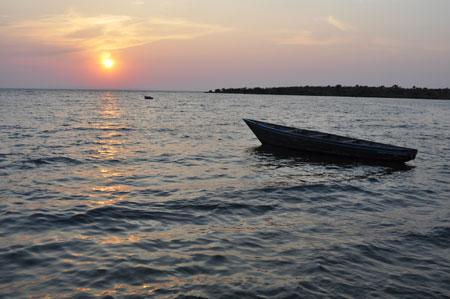 Le soleil se couche sur la baie de Sibwesa.